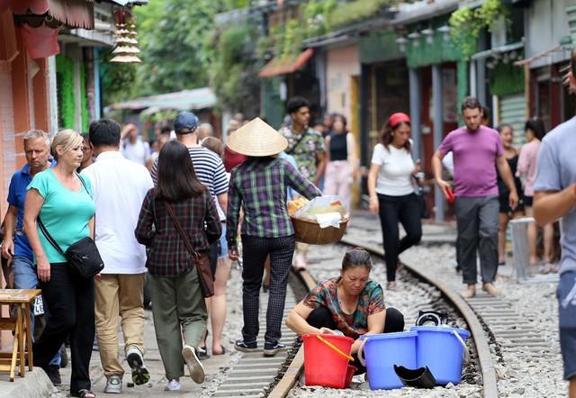 Phố đường tàu Phùng Hưng bất ngờ đông như kiến sau thông tin dẹp bỏ - Ảnh 3.