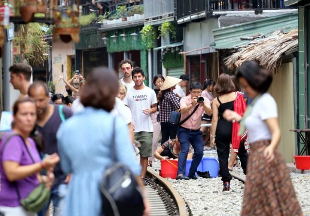 Phố đường tàu Phùng Hưng bất ngờ đông như kiến sau thông tin dẹp bỏ - Ảnh 4.