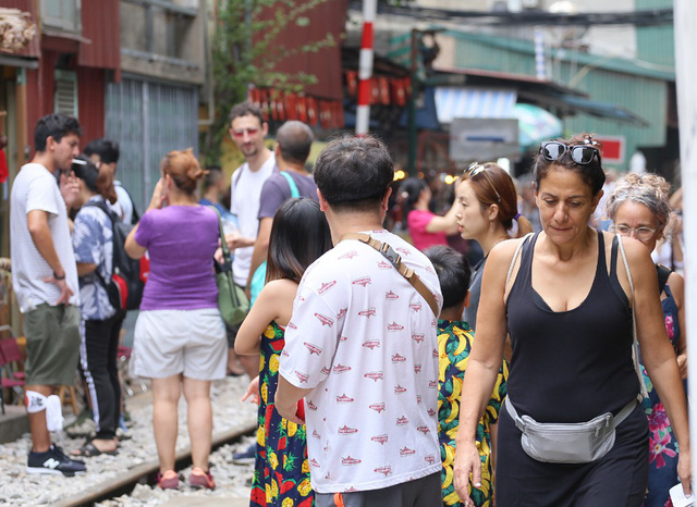 Phố đường tàu Phùng Hưng bất ngờ đông như kiến sau thông tin dẹp bỏ - Ảnh 5.