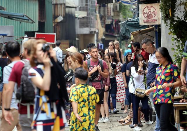 Phố đường tàu Phùng Hưng bất ngờ đông như kiến sau thông tin dẹp bỏ - Ảnh 6.