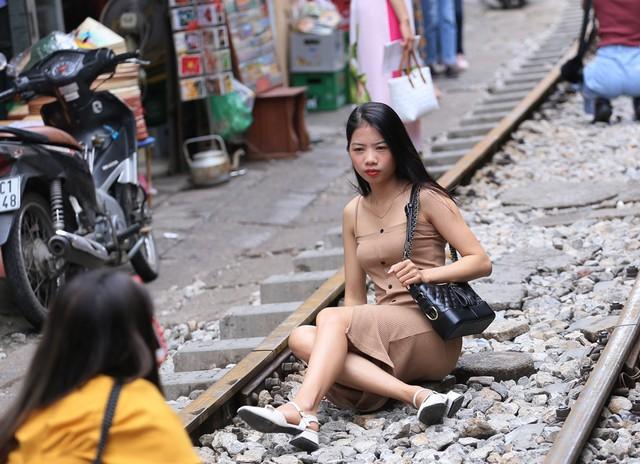 Phố đường tàu Phùng Hưng bất ngờ đông như kiến sau thông tin dẹp bỏ - Ảnh 7.