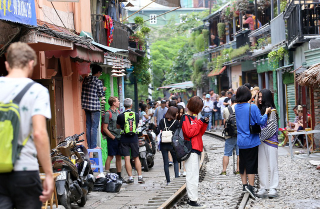 Phố đường tàu Phùng Hưng bất ngờ đông như kiến sau thông tin dẹp bỏ - Ảnh 8.