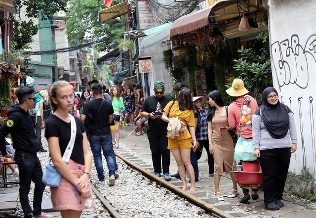 Phố đường tàu Phùng Hưng bất ngờ đông như kiến sau thông tin dẹp bỏ - Ảnh 9.