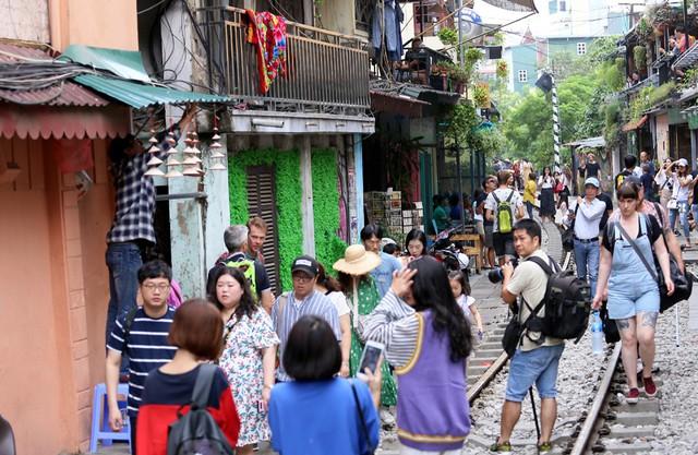 Phố đường tàu Phùng Hưng bất ngờ đông như kiến sau thông tin dẹp bỏ - Ảnh 10.