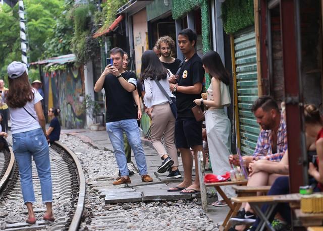 Phố đường tàu Phùng Hưng bất ngờ đông như kiến sau thông tin dẹp bỏ - Ảnh 11.