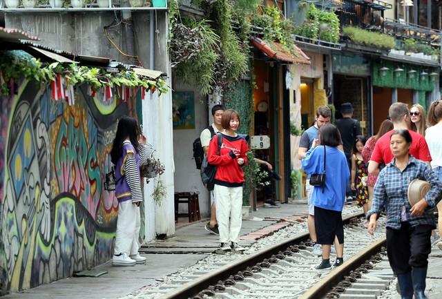 Phố đường tàu Phùng Hưng bất ngờ đông như kiến sau thông tin dẹp bỏ - Ảnh 12.