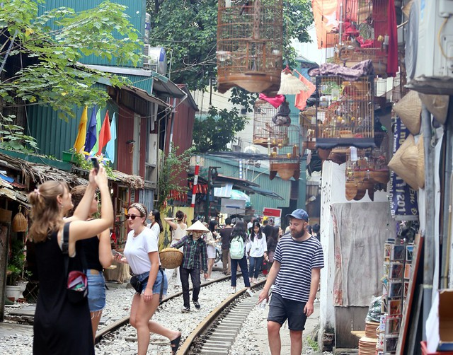 Phố đường tàu Phùng Hưng bất ngờ đông như kiến sau thông tin dẹp bỏ - Ảnh 14.
