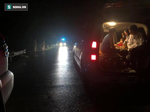 Lật xe giường nằm trên đường đi Lào, 1 người chết, 20 người bị thương - Ảnh 1.
