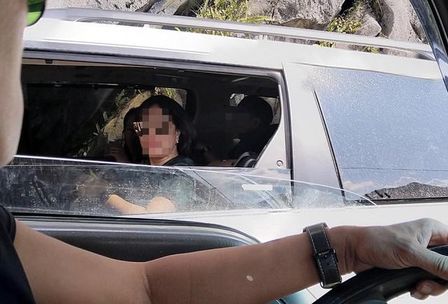 Người phụ nữ ngồi trong ô tô ném kẹo cho nhóm trẻ vùng cao khiến dân mạng bức xúc - Ảnh 2.