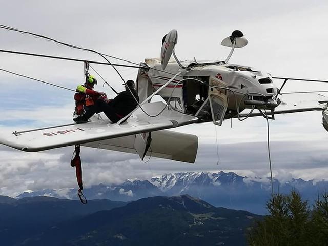 Đâm phải cáp treo, máy bay lộn ngược, phi công văng lên cánh - Ảnh 1.