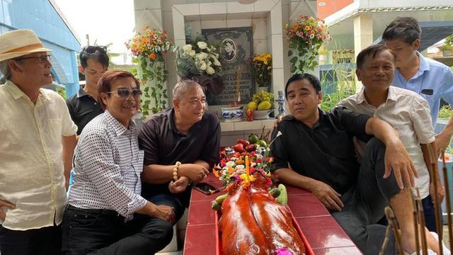 Quyền Linh nói một câu ngậm ngùi trước mộ Lê Công Tuấn Anh và 3 tình bạn đẹp nhất showbiz - Ảnh 1.