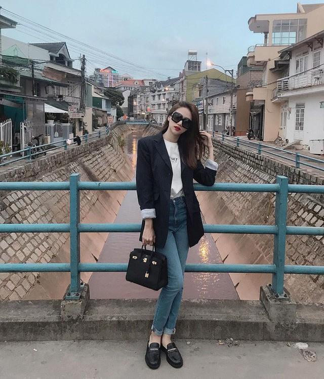 Học ngay 11 set đồ của Hoa hậu Hương Giang cách mix quần jeans từ đơn giản đến cá tính - Ảnh 4.