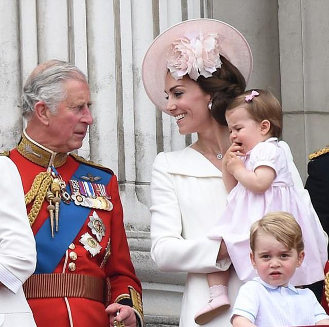 Hoàng gia có biến: Thái tử Charles chỉ trích bố mẹ Kate - Ảnh 4.