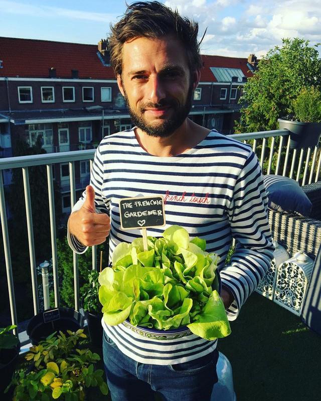 Anh chàng điển trai khiến hàng nghìn cô gái ngưỡng mộ khi trồng cả một sân thượng rau quả xanh tươi - Ảnh 4.