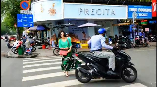 Sốc khi nữ du khách bị người ăn mặc sang trọng giật điện thoại ngay chợ Bến Thành - Ảnh 1.