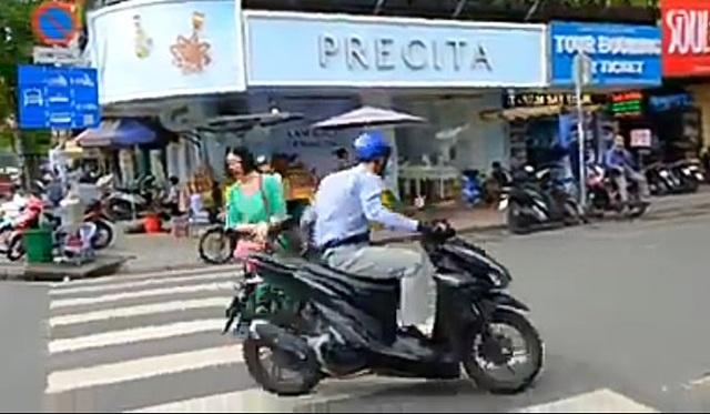 Sốc khi nữ du khách bị người ăn mặc sang trọng giật điện thoại ngay chợ Bến Thành - Ảnh 2.