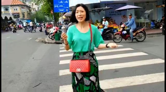 Sốc khi nữ du khách bị người ăn mặc sang trọng giật điện thoại ngay chợ Bến Thành - Ảnh 3.