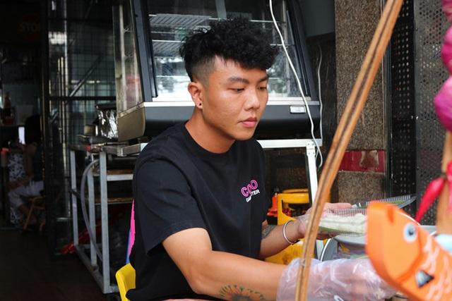 Người Sài Gòn ăn món lạ của chàng trai 9x mất 3 tháng để học kho cá - Ảnh 2.