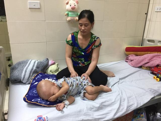Nỗi đau khổ của người mẹ nghèo 4 con phát hiện con trai út bị ung thư hạch - Ảnh 2.