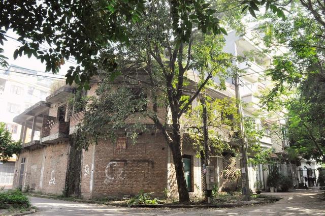 Ai đang sống trong những khu biệt thự bỏ hoang giữa Thủ đô? - Ảnh 1.