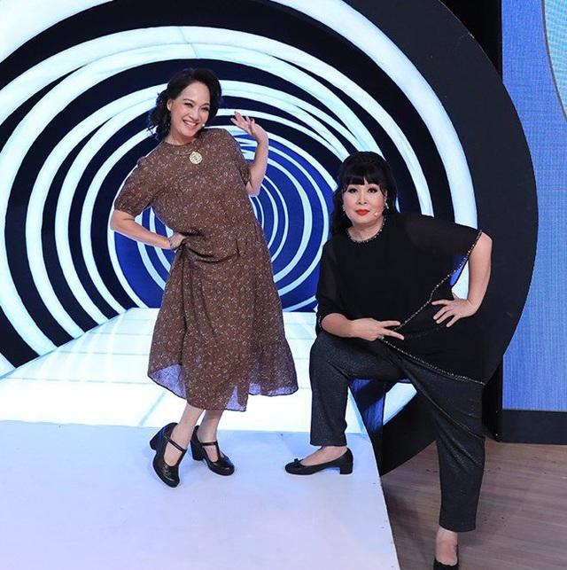 NSND Lê Khanh ngượng đỏ mặt khi bị Ốc Thanh Vân và Ngọc Khuê đồng loạt bóc phốt trên sóng truyền hình - Ảnh 1.
