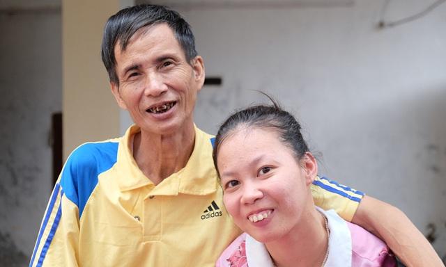 Ông bố đơn thân 23 năm chăm con gái bại não  - Ảnh 2.