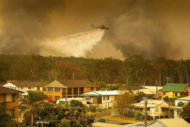 Kỳ lạ bầu trời chuyển màu cam ở Australia  - Ảnh 1.