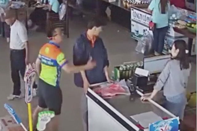 Con trai lấy đồ không trả tiền, bố đánh nhân viên - Ảnh 2.