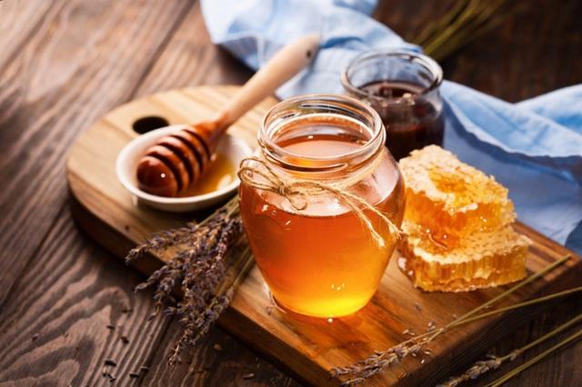 Tuyệt chiêu rửa mặt trong mùa hanh khô: Thêm vài giọt mật ong vào nước, da dẻ ẩm mượt mịn màng miễn chê - Ảnh 2.