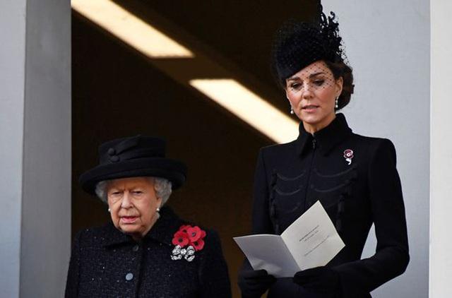 Lý do Meghan không đứng cùng Nữ hoàng và chị dâu Kate - Ảnh 1.