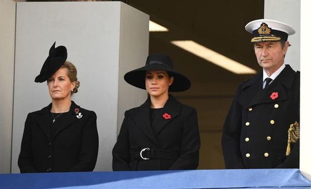 Lý do Meghan không đứng cùng Nữ hoàng và chị dâu Kate - Ảnh 2.
