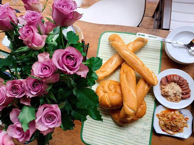Ai như đại gia Đức An, đi nghỉ dưỡng vẫn vào bếp làm bữa đẹp như mơ cho vợ con  - Ảnh 2.