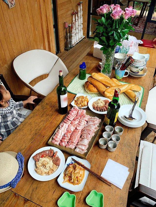 Ai như đại gia Đức An, đi nghỉ dưỡng vẫn vào bếp làm bữa đẹp như mơ cho vợ con  - Ảnh 4.