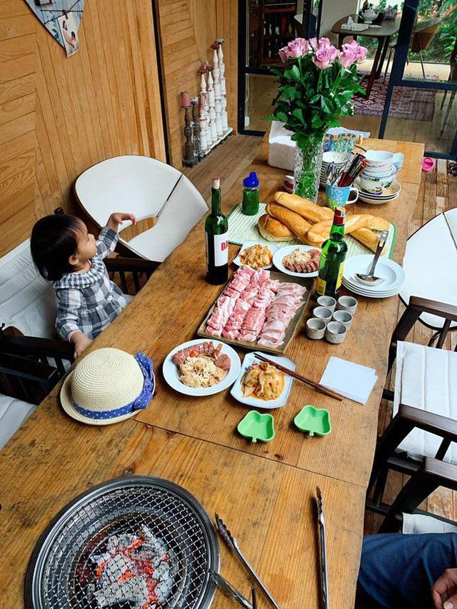 Ai như đại gia Đức An, đi nghỉ dưỡng vẫn vào bếp làm bữa đẹp như mơ cho vợ con  - Ảnh 5.