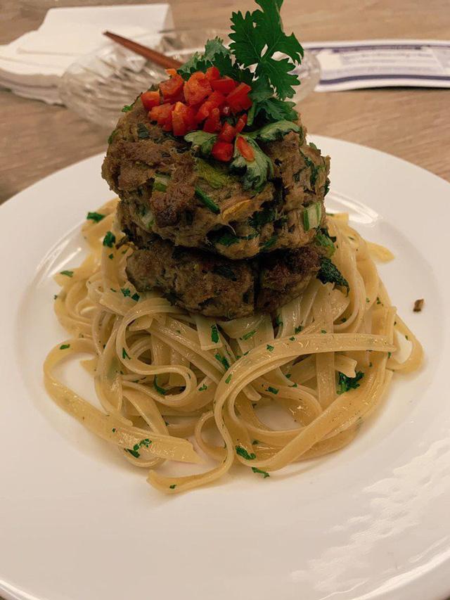 Ai như đại gia Đức An, đi nghỉ dưỡng vẫn vào bếp làm bữa đẹp như mơ cho vợ con  - Ảnh 6.