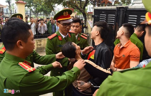 Mẹ Khá bảnh ôm chầm con trai trước sân tòa - Ảnh 3.
