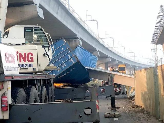 Xe container kéo sập cầu bộ hành trước cổng Suối Tiên - Ảnh 2.