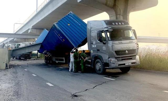 Xe container kéo sập cầu bộ hành trước cổng Suối Tiên - Ảnh 3.