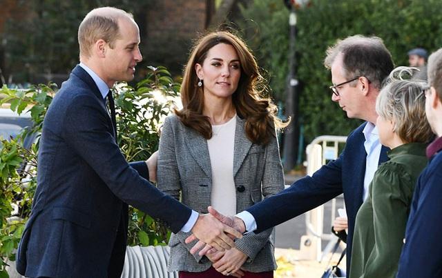 Hoàng tử William học em cách thể hiện tình cảm với vợ - Ảnh 1.