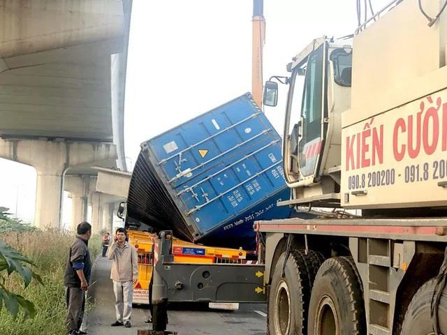 Xe container kéo sập cầu bộ hành trước cổng Suối Tiên - Ảnh 4.