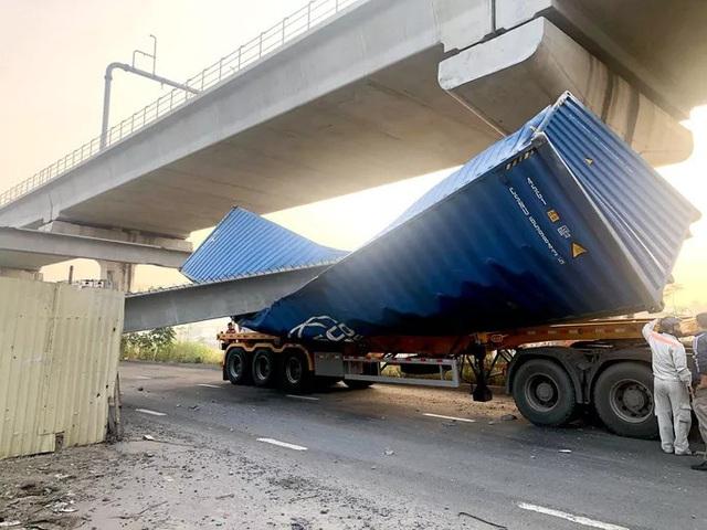 Xe container kéo sập cầu bộ hành trước cổng Suối Tiên - Ảnh 5.