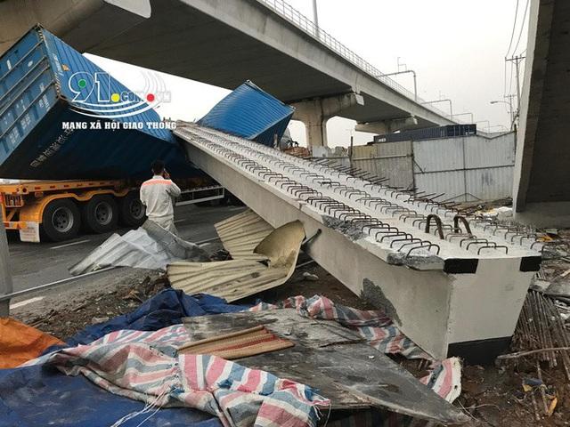 Xe container kéo sập cầu bộ hành trước cổng Suối Tiên - Ảnh 7.
