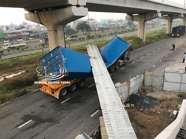 Xe container kéo sập cầu bộ hành trước cổng Suối Tiên - Ảnh 8.
