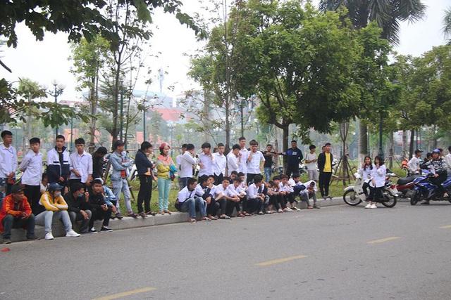 Giới trẻ kéo đến xem thần tượng Khá Bảnh tại tòa, Tướng Nguyễn Hữu Cầu nói cần có cuộc chấn hưng - Ảnh 1.