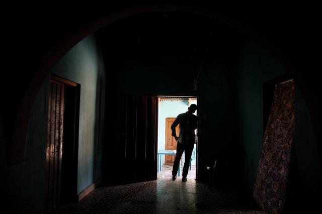 Bị xâm hại tình dục khi vượt biên, về nhà với nỗi đau tột cùng - Ảnh 1.