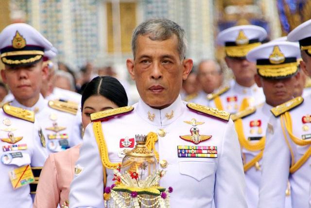 Vua Thái phục chức cho 3 sĩ quan cận vệ hoàng gia - Ảnh 1.