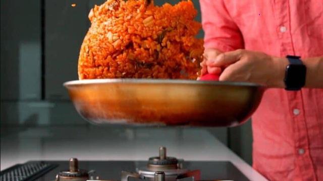 Mùa đông thì phải học ngay người Hàn làm món cơm chiên chuẩn chỉnh này - Ảnh 4.