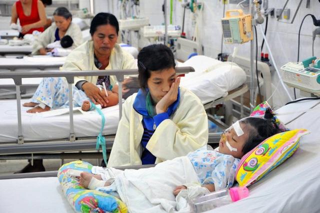Trẻ viêm mũi, nghẹt mũi: Mẹ cần làm gì để không vô tình lạm dụng kháng sinh? - Ảnh 1.