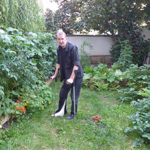 Tận dụng mảnh đất nhỏ sau nhà, người đàn ông đảm đang dù chân đi phải chống nạng vẫn trồng đủ loại rau quả sạch cho cả nhà thưởng thức - Ảnh 17.
