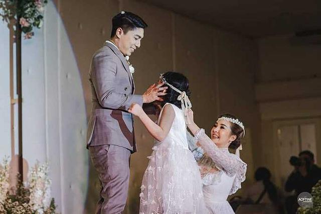 Cha dượng quỳ gối nói lời yêu thương với con riêng của vợ - Ảnh 3.